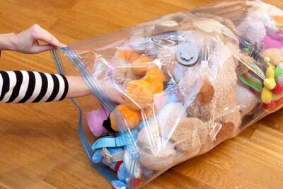 Спрятать в пакеты детские игрушки