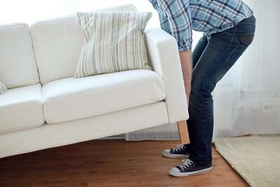Перед травлей клопов нужно отодвинуть мебель