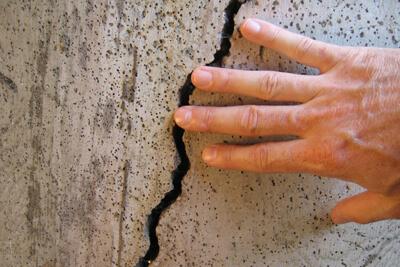 Заделывать трещины и щели в борьбе с тараканами