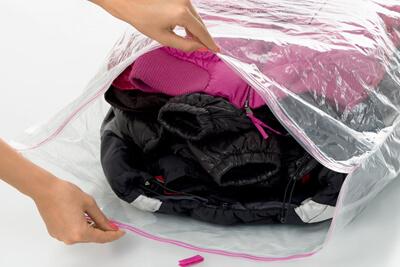 Хранить сезонные вещи в герметичных пластиковых пакетах